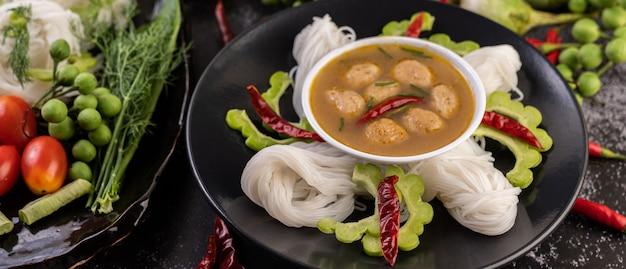 米麺とココナッツミルクの溶液。