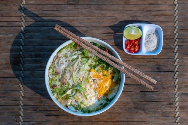 Рисовый суп с лапшой и многими вкусными ингредиентами