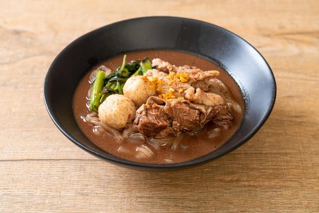 Суп из рисовой лапши с тушеной свининой - азиатская кухня