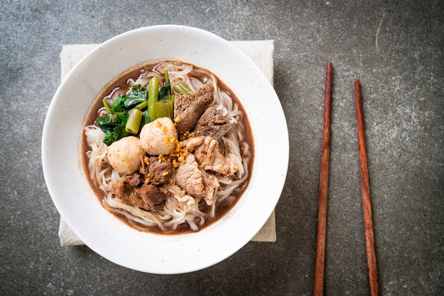 Rice noodle soup with stewed pork