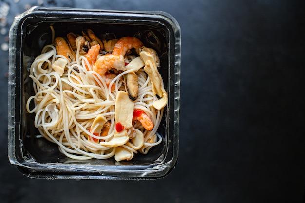Рисовая лапша целлофан паста морепродукты креветки мидии кальмары здоровое питание