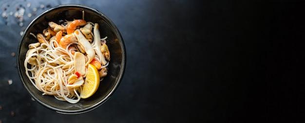 Рисовая лапша целлофан паста морепродукты креветки мидии кальмары здоровый фо суп еда тыкать закуски