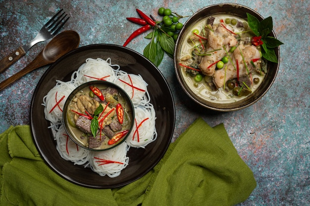 ライスヌードル、チキングリーンカレー、ココナッツミルクタイ料理。