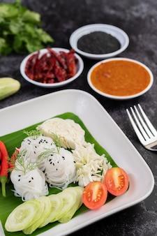 美味しい野菜とおかずとバナナの葉の米麺。タイ料理。
