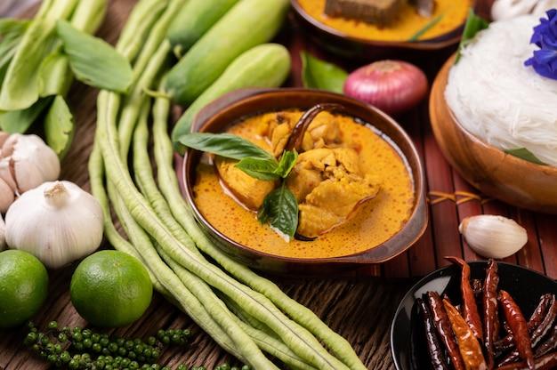 칠리, 오이, 긴 콩, 라임, 마늘, 파를 넣은 카레 페이스트 한 그릇에 쌀국수