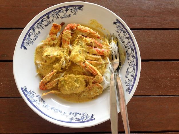 게 카레 소스에 쌀 국수. 태국 음식.