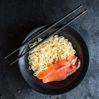 Рисовая лапша, лосось, морепродукты или целлофановая паста из пшеничного стекла, готовы к употреблению