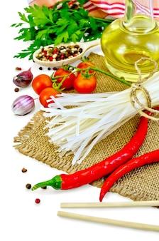 ライスヌードル、トマト、様々なピーマン、箸、ニンニク、植物油、黄麻布、分離された布