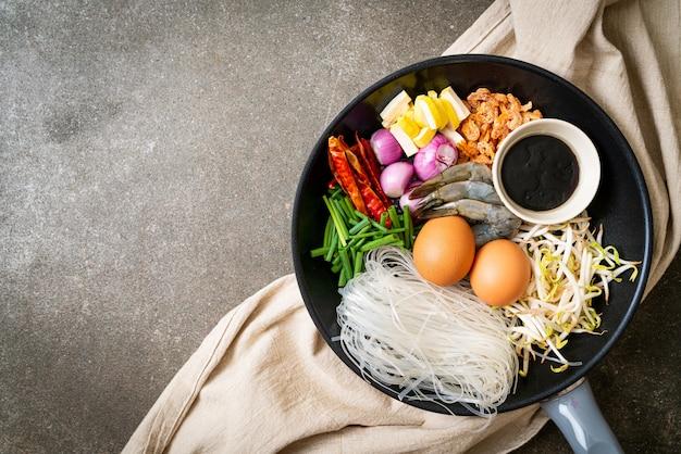 Рисовая лапша с ингредиентами на сковороде