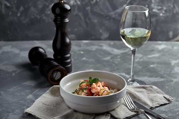 새우와 해산물을 곁들인 쌀 국수, 그릇에 매운 아시아 스타일 국수.