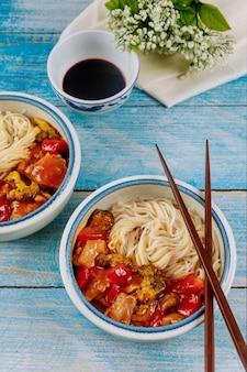 그릇에 야채를 볶은 쌀국수. 중국 음식.