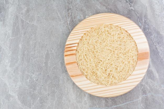 둥근 나무 접시에 쌀 파스타