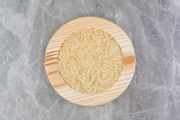 Rice pastas in a round wooden platter