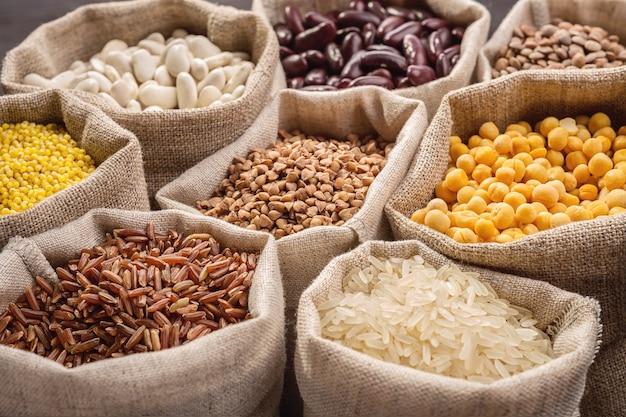 가방에 쌀, 완두콩, 콩 및 곡물.