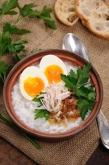 Рисовая каша имбирный отвар с куриным яйцом, хрустящим луком-шалотом и петрушкой
