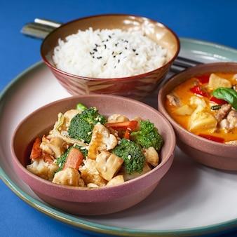 돼지 고기와 야채를 곁들인 죽. 전통 중국 휴가 음식 세트