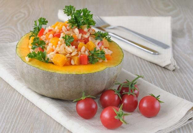 カボチャとトマトのボウルにカボチャと野菜が入ったお粥