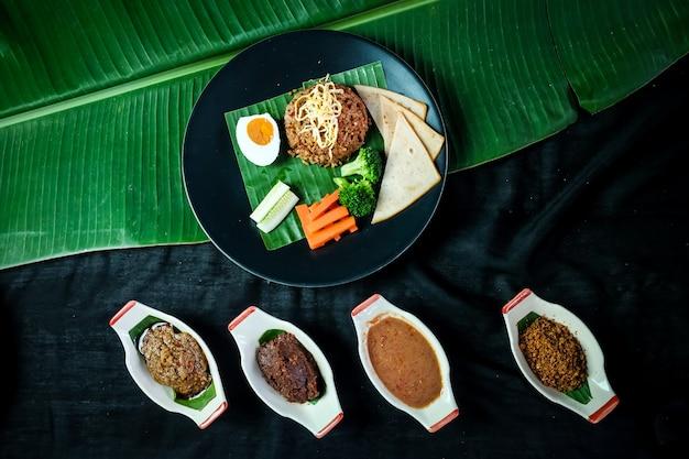 Приправленный рисом с ветчиной, курицей и чили-пастой