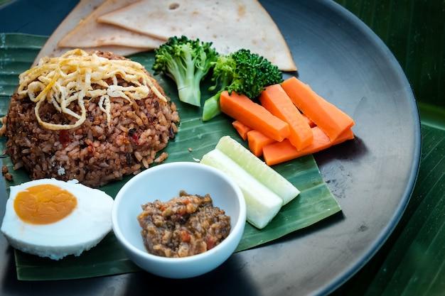 Рис приправленный адским соусом чили-паста и ветчиной с курицей.