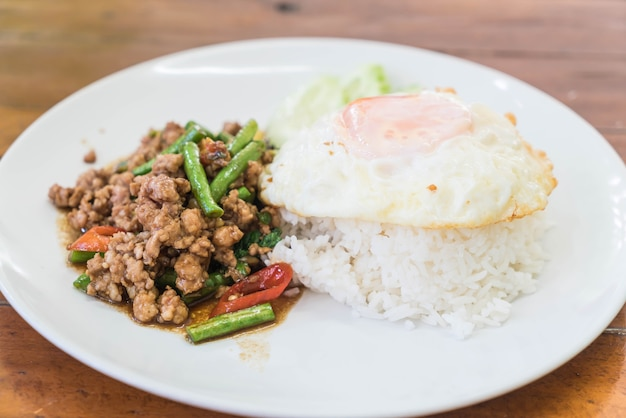 Рис, увенчанный жареной фаршем из свинины и базилика
