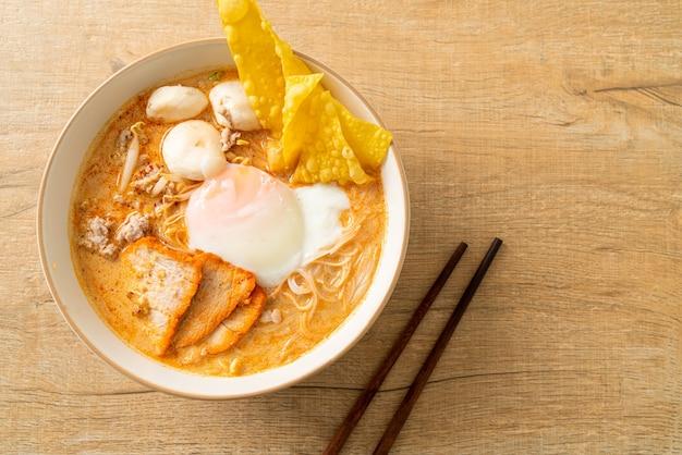 미트볼, 구운 돼지 고기, 계란을 곁들인 매운 수프-tom yum noodles