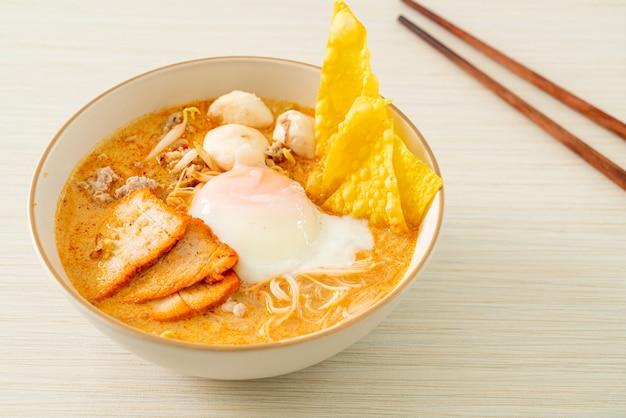 매운 수프에 미트볼, 구운 돼지고기, 계란을 곁들인 당면 쌀국수 - tom yum noodles