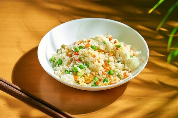 Рис с авокадо и яйцом в миске. китайская кухня