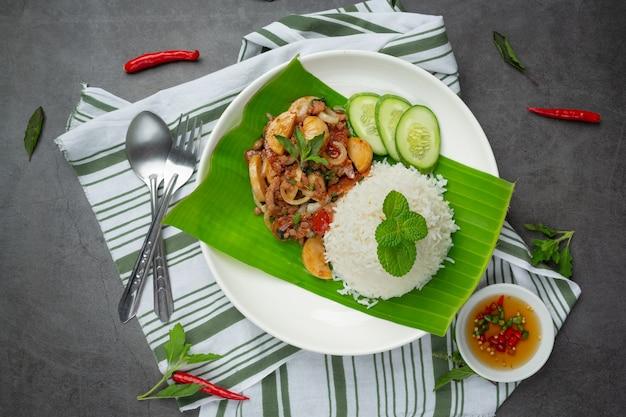 Рис с базиликом и свининой.