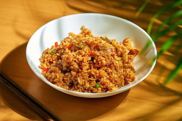 Рис с курицей и грибами в миске. китайская кухня