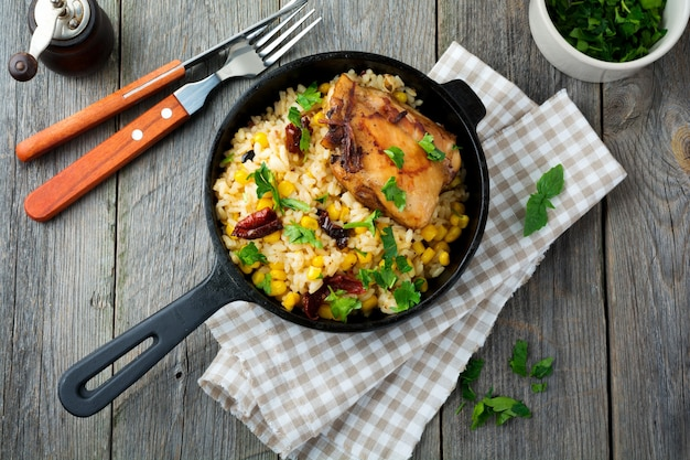 주철 프라이팬에 옥수수, 간장, 닭다리 튀김을 얹은 밥. 평면도