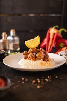 고기 향신료 카레 치킨 토마토 소스를 곁들인 쌀 인도 요리 식사 간식 테이블 복사 공간