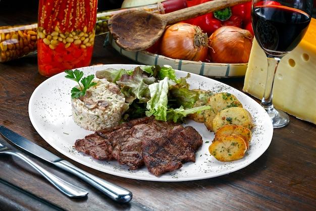 감자와 고기를 곁들인 밥.