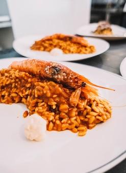 バレンシアの代表的なシーフードとエビのご飯