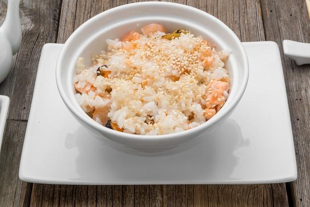 Рис с морепродуктами и кунжутом