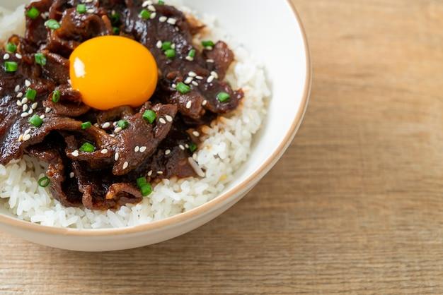 大豆風味の豚肉または日本の豚肉丼物丼のご飯-アジア料理スタイル