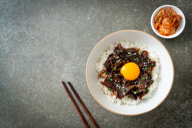 Рис со свининой со вкусом сои или японская тарелка домбури из свинины - азиатская кухня