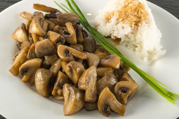 Рис с соевым соусом и грибами