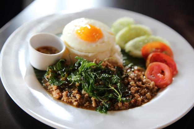豚肉炒めご飯と卵バジル