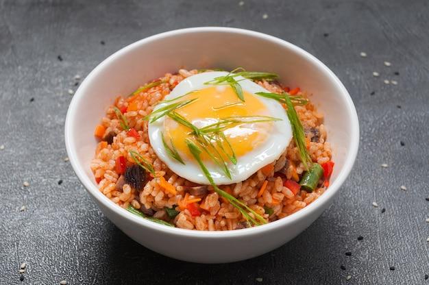 Рис с овощами и яйцом. японская кухня