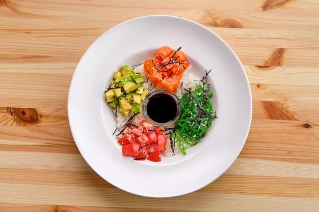 サーモン刺身rice、アボカド、海藻、トマト、醤油