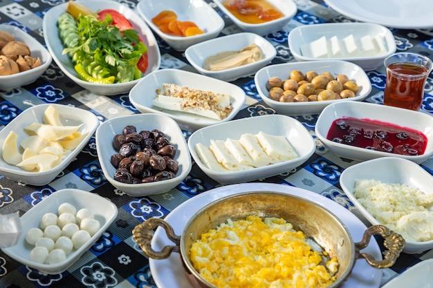 Обильный и вкусный турецкий завтрак на столе
