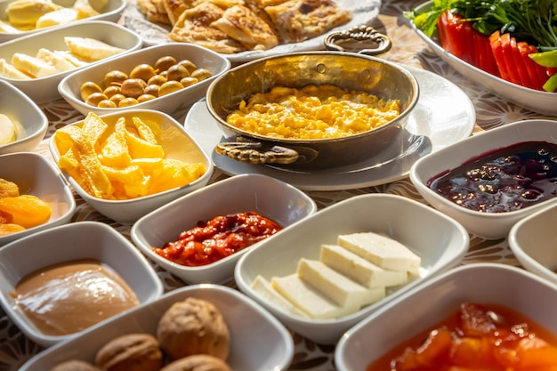 테이블에 풍부하고 맛있는 터키 식 아침 식사