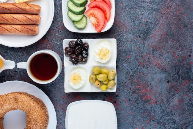 Богатый стол для завтрака с разнообразными ингредиентами.