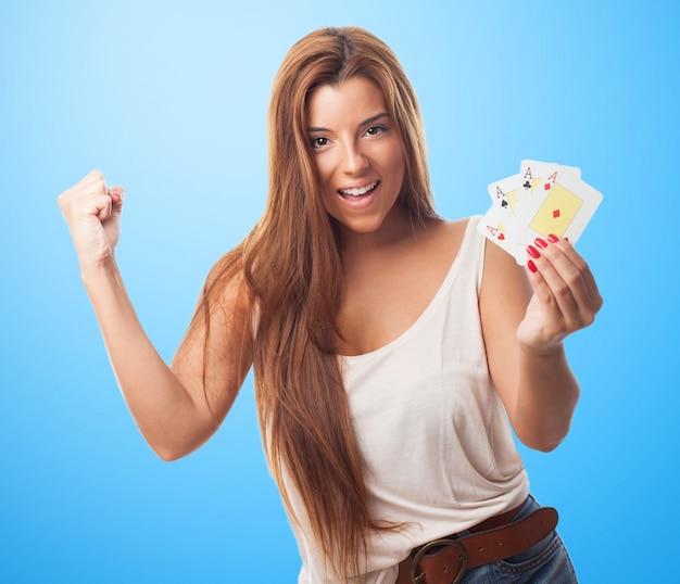 Ricco pugno tenendo il gioco d'azzardo felice