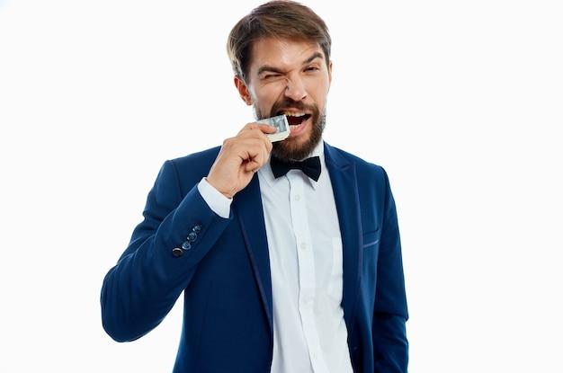 블루 재킷 나비 넥타이 셔츠 돈 팩 통화에 부유 한 신사.