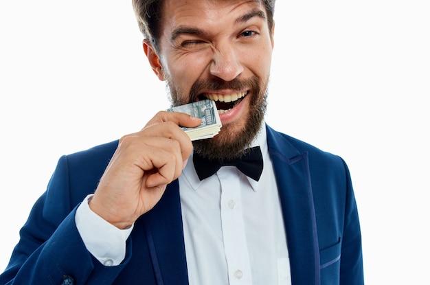 블루 재킷 나비 넥타이 셔츠 머니 팩 통화에 부유 한 신사
