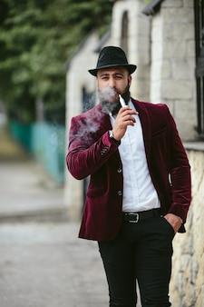 Un uomo ricco con la barba, che pensa agli affari