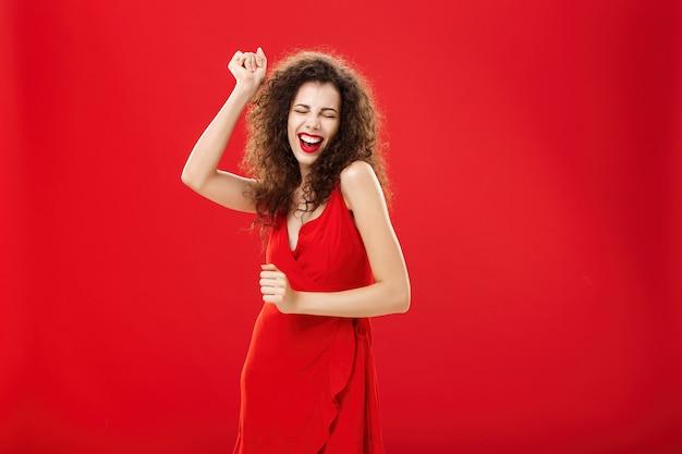 Donna ricca che dimentica tutti i problemi sulla pista da ballo affascinante ed elegante giovane modella europea in st...