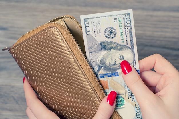 지갑 돈을 가져가는 부자