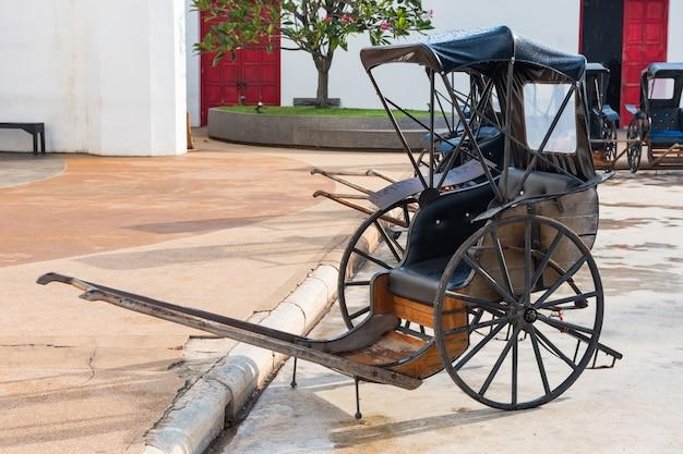 Рикша в древнем городе ждет туристов